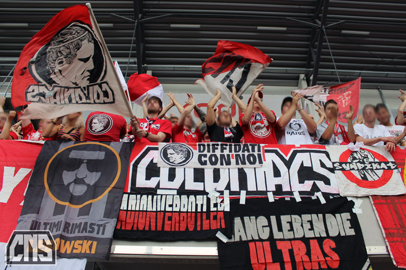 Los 'Coloniacs' del 1. FC Köln, con una bandera de los Ultra Rimasti Lebowski